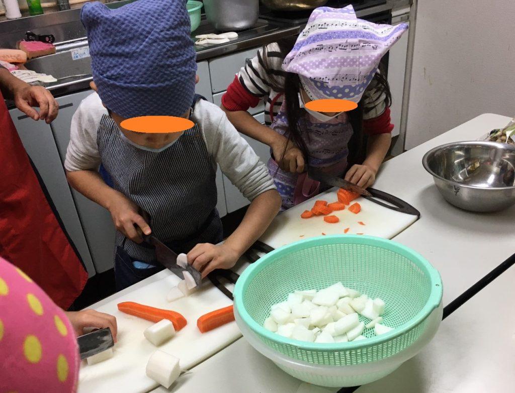 子ども達が、お迎えに来てくれるお母さんやお父さんの晩ご飯を作って、一緒に食べて帰るイベントです。